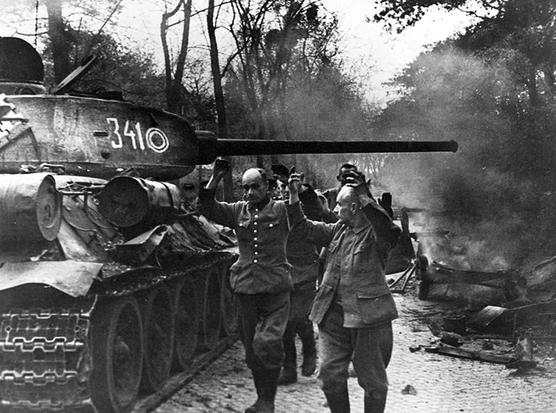 Фашисты сдаются в плен, 1945 год