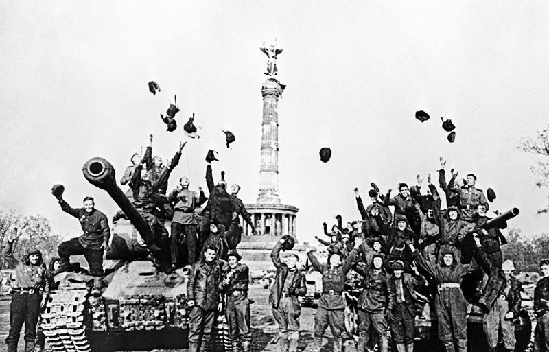 Советские танкисты радуются победе