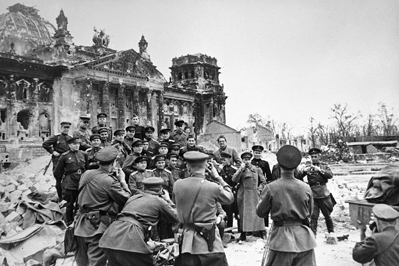 Советские солдаты фотографируются у стен разрушенного рейхстага