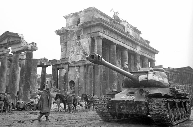 Советский танк Т-34 на фоне Бранденбургских ворот