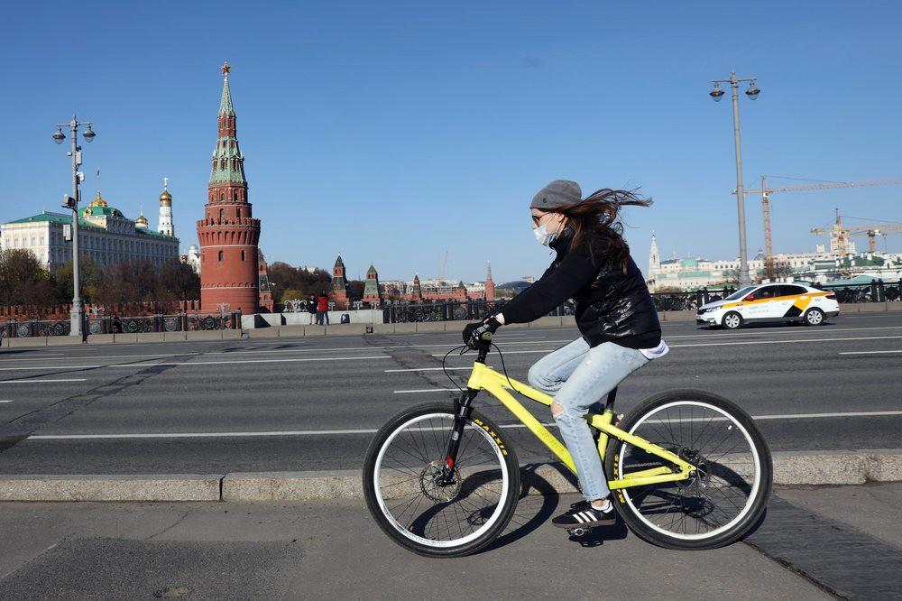 Девушка на велосипеде во время периода самоизоляции
