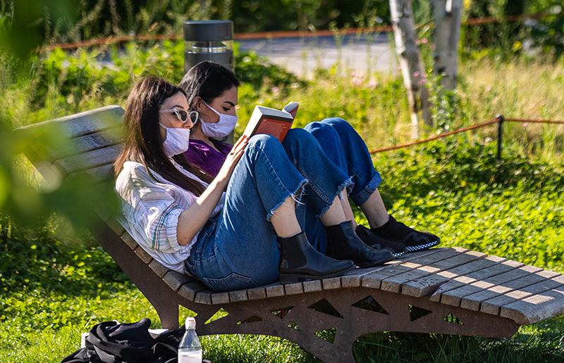 Девушки отдыхают на природе