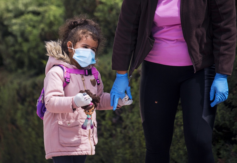 Женщина гуляет с ребенком