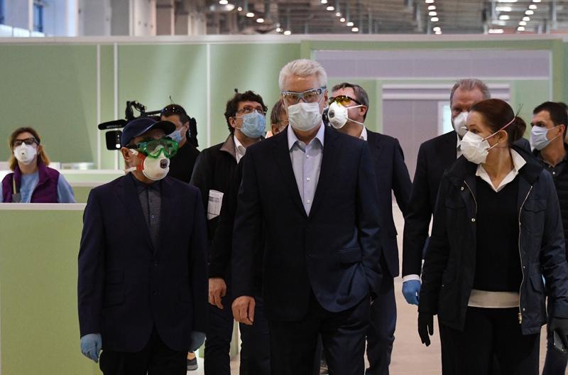 Мэр Москвы Сергей Собянин (в центре) во время посещения павильона №75 ВДНХ