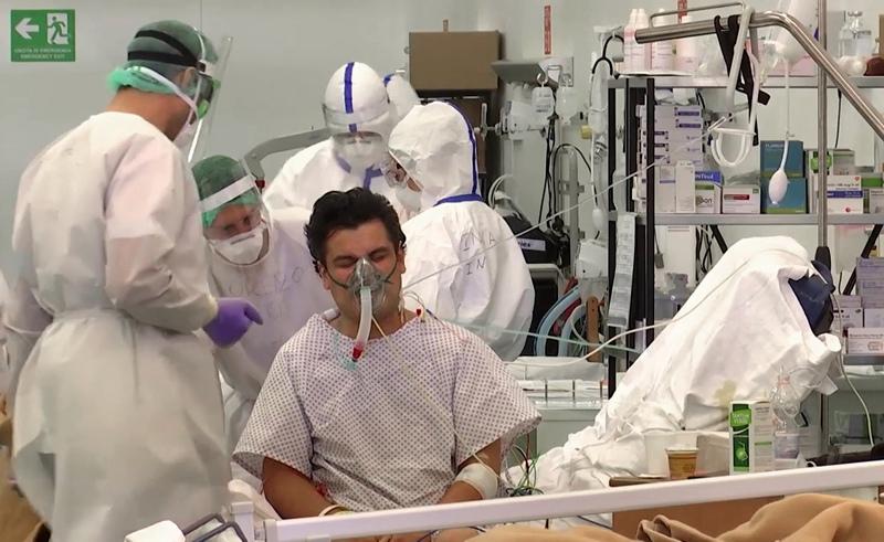 Российские военные врачи и их итальянские коллеги, работающие в полевом госпитале Бергамо