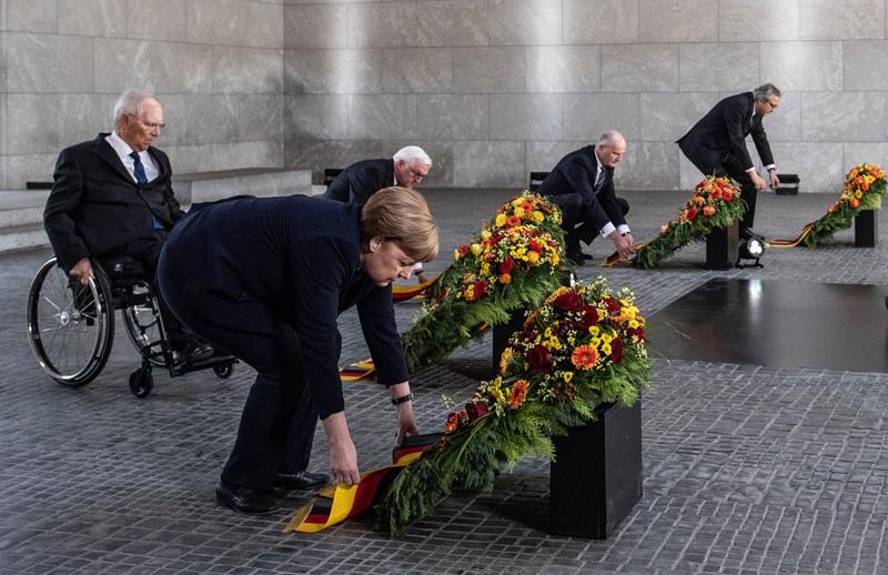 Канцлер Ангела Меркель возложила цветы к мемориалу памяти жертв насилия в центре Берлина