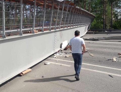 Пешеходный мост обрушился под Тюменью