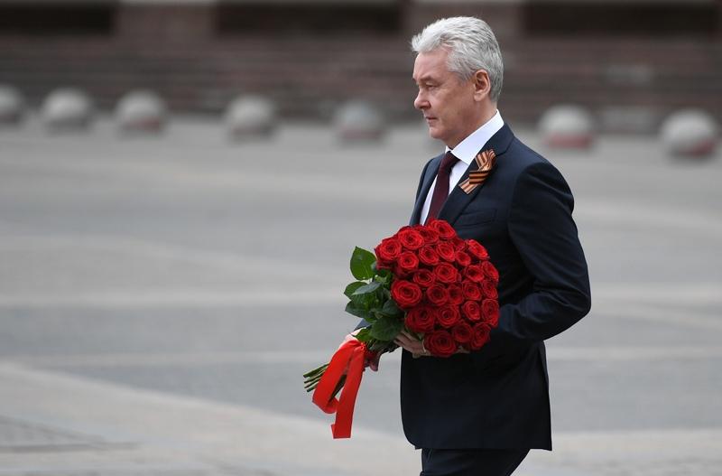 Мэр Москвы Сергей Собянин возлагает цветы к памятнику маршалу Георгию Жукову на Манежной площади
