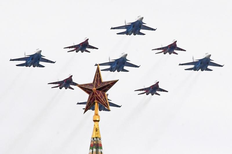 """Истребители МиГ-29 и Су-30СМ пилотажных групп """"Русские витязи"""" и """"Стрижи"""" на воздушном параде Победы в Москве"""