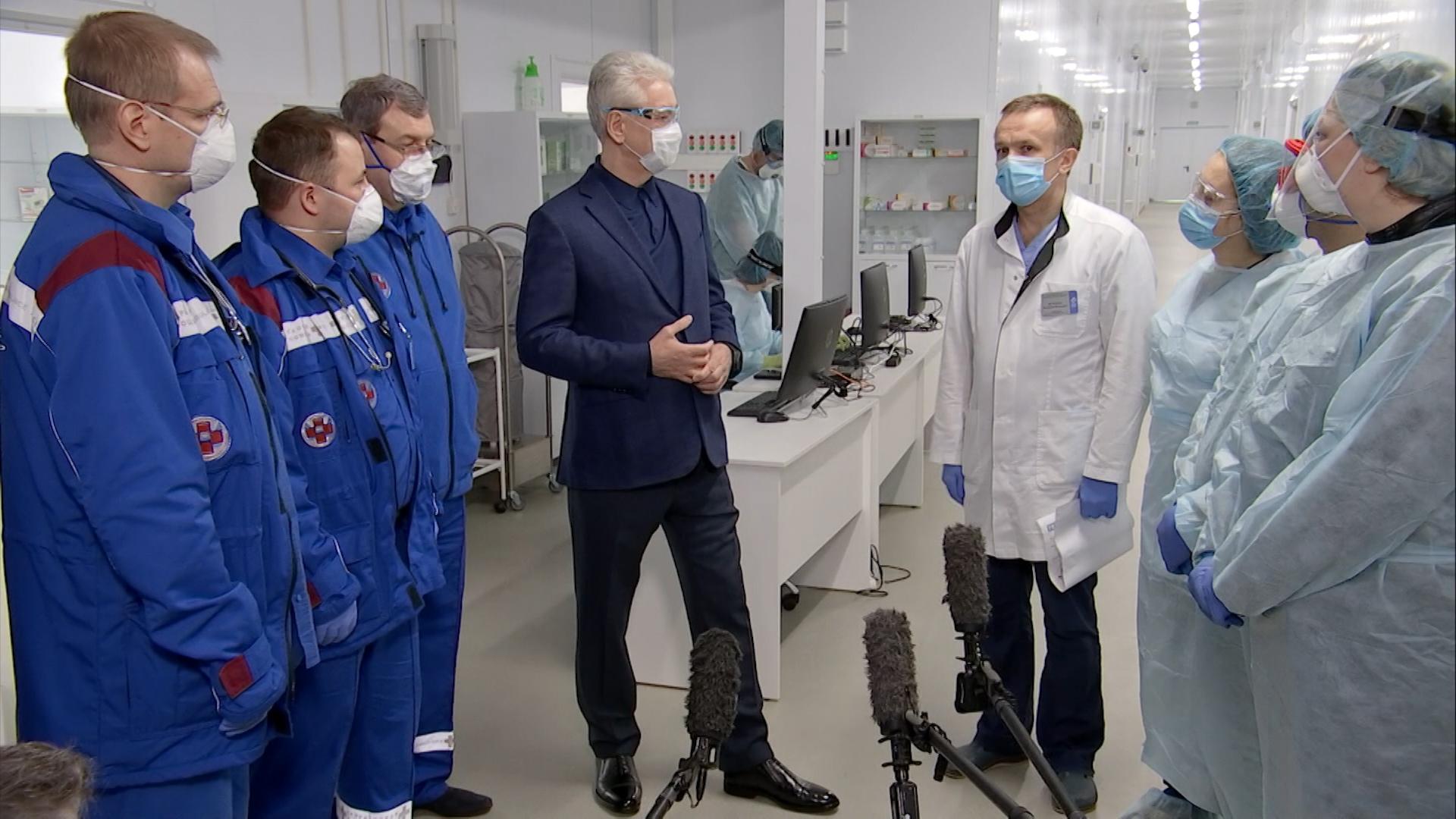 Сергей Собянин во время посещения медицинского центра