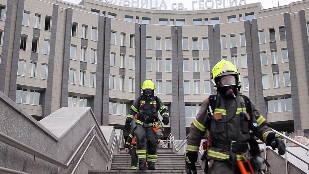 Пожарные возле больницы св. Георгия в Санкт-Петербурге