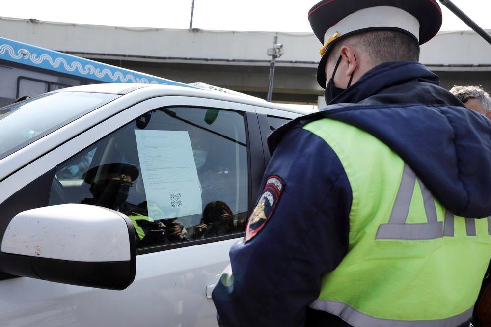 Инспекторы ДПС проверяют у водителя цифровой пропуск