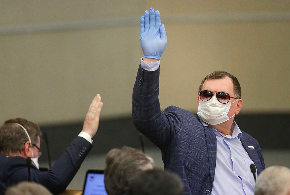 Депутаты Госдумы в медицинских масках и перчатках