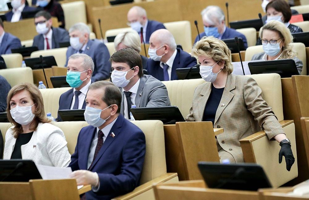 Депутаты Госдумы в медицинских масках