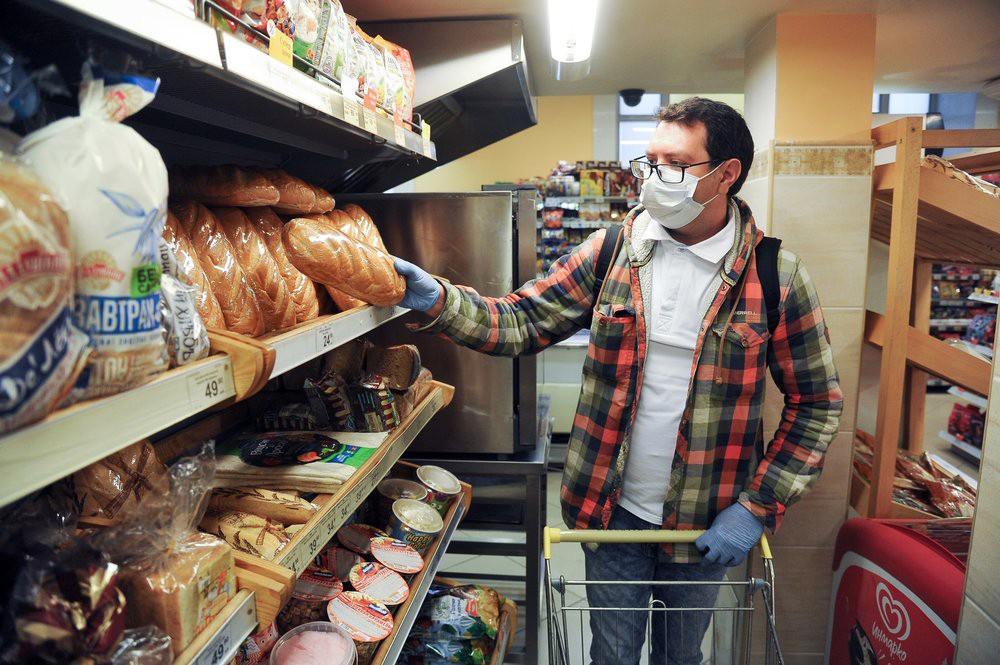 Мужчина в медицинской маске в магазине