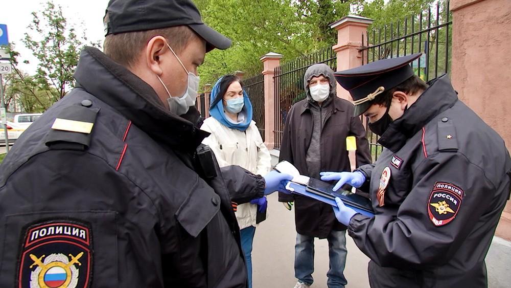 Сотрудники полиции во время проверки режима самоизоляции