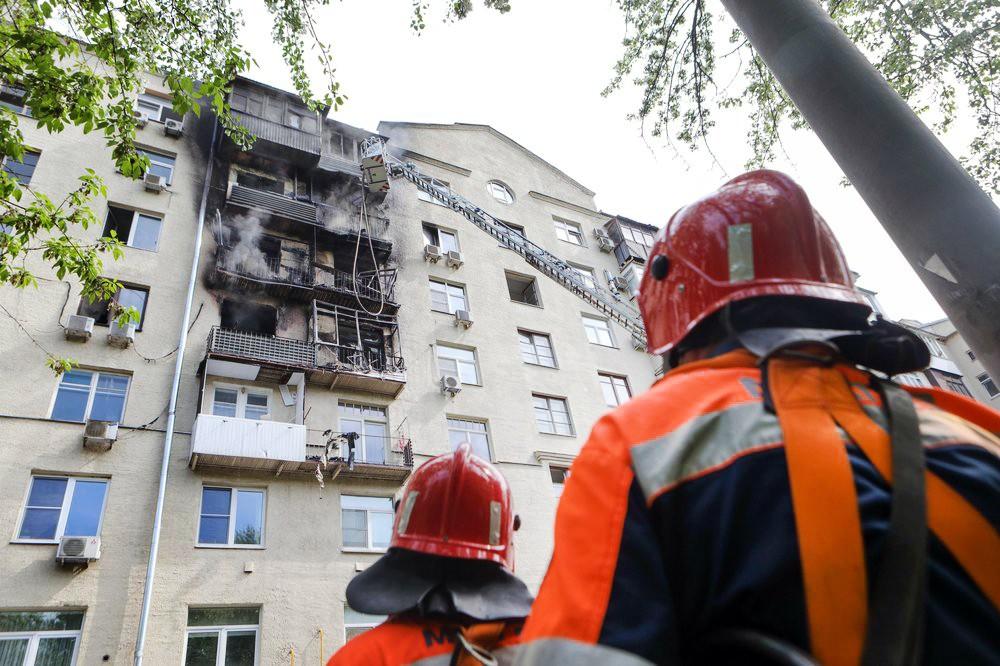 Пожарные на месте возгорания в жилом доме