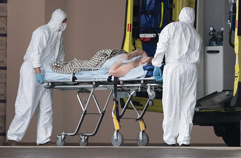 Медики везут на носилках пациента в карантинный центр в Коммунарке