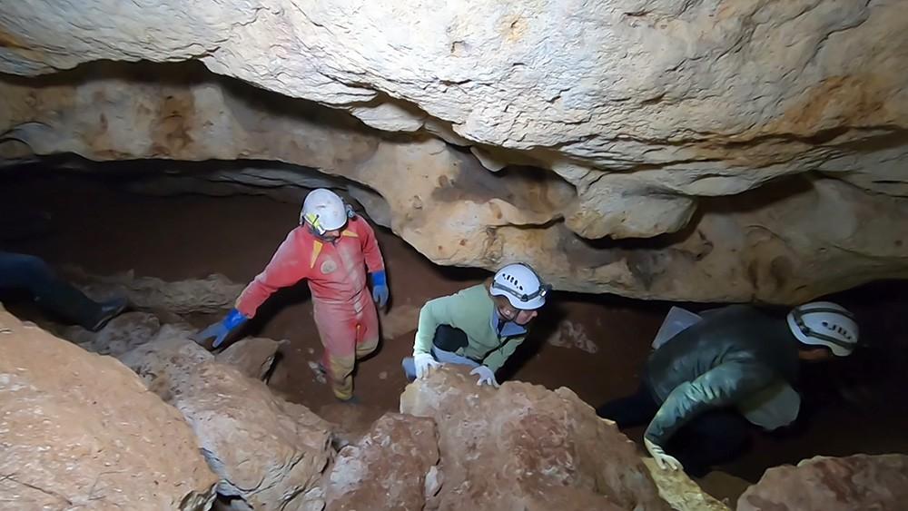 Спелеологи в пещере