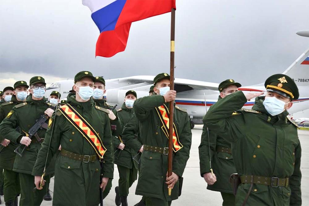 Военнослужащие армии России в медицинских масках