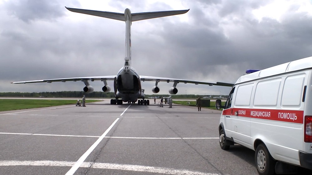 Скорая помощь возле самолета
