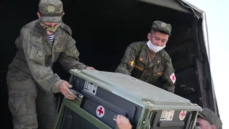 Военнослужащие  выгружают контейнеры для полевого мобильного госпиталя, развернутого в Красноярском крае