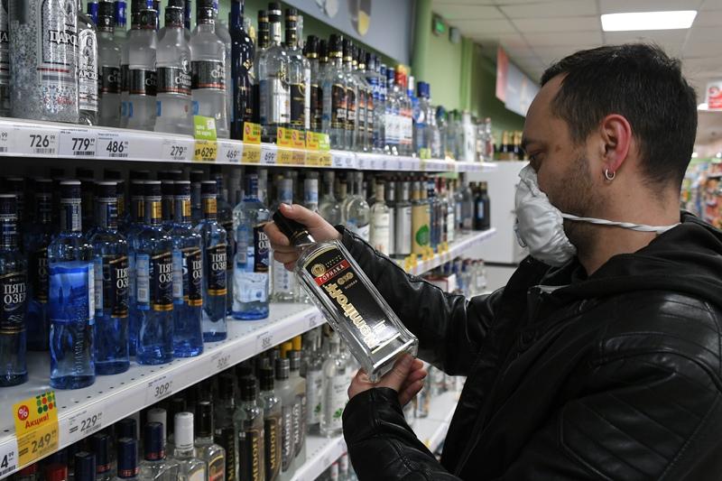 Мужчина выбирает алкоголь в одном из супермаркетов в Москве