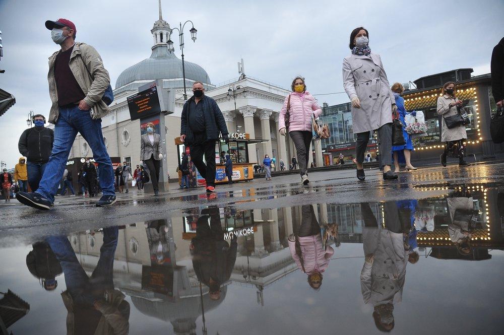 Прохожие в Москве во время карантина