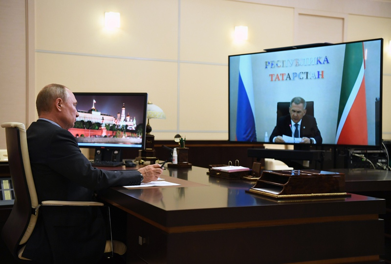 Владимир Путин во время встречи в режиме видеоконференции с Рустамом Миннихановым