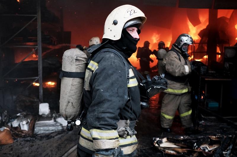 Сотрудники пожарной службы МЧС на месте пожара
