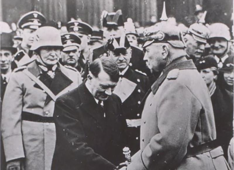 Президент Германии П. фон Гинденбург приветствует нового канцлера Германии А. Гитлера
