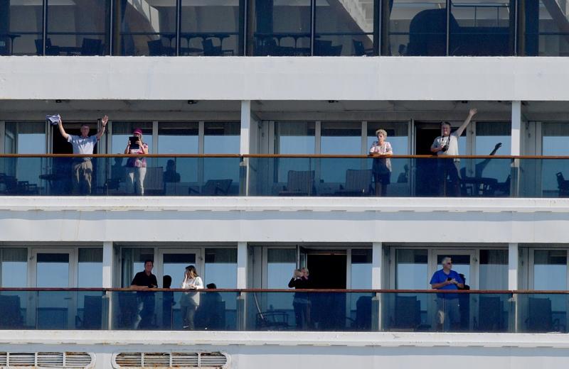 На борту изолированного в Барселоне из-за коронавируса лайнера есть россияне