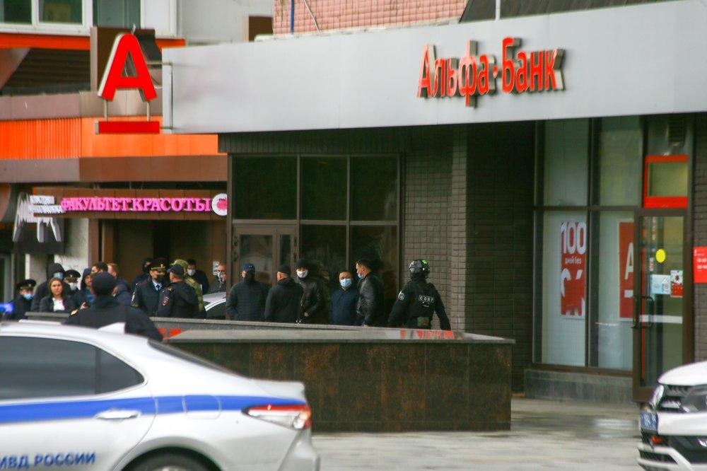 """Сотрудники оперативных служб около отделения """"Альфа-банка"""" на Земляном валу"""