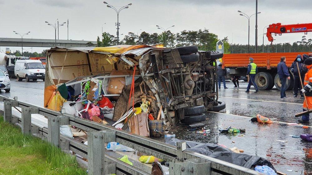 Последствия ДТП с участием фургона и грузовика на 10 км внешней стороны МКАД