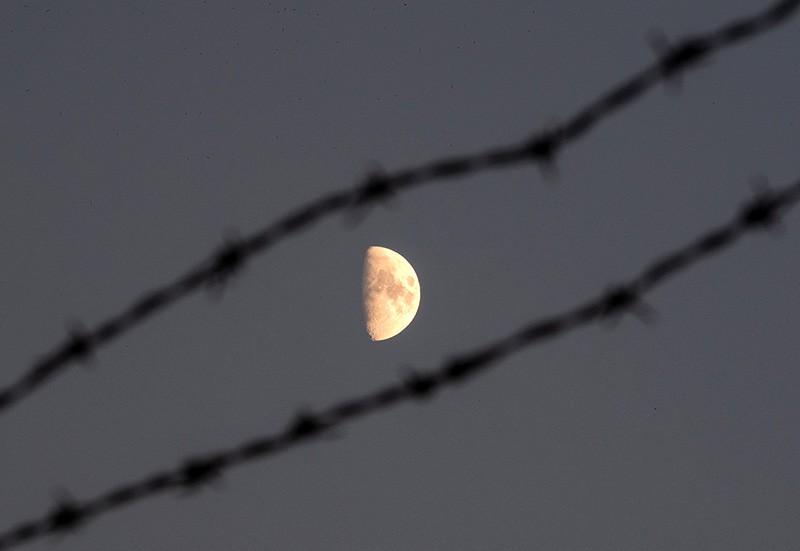 Луна за ключей проволокой