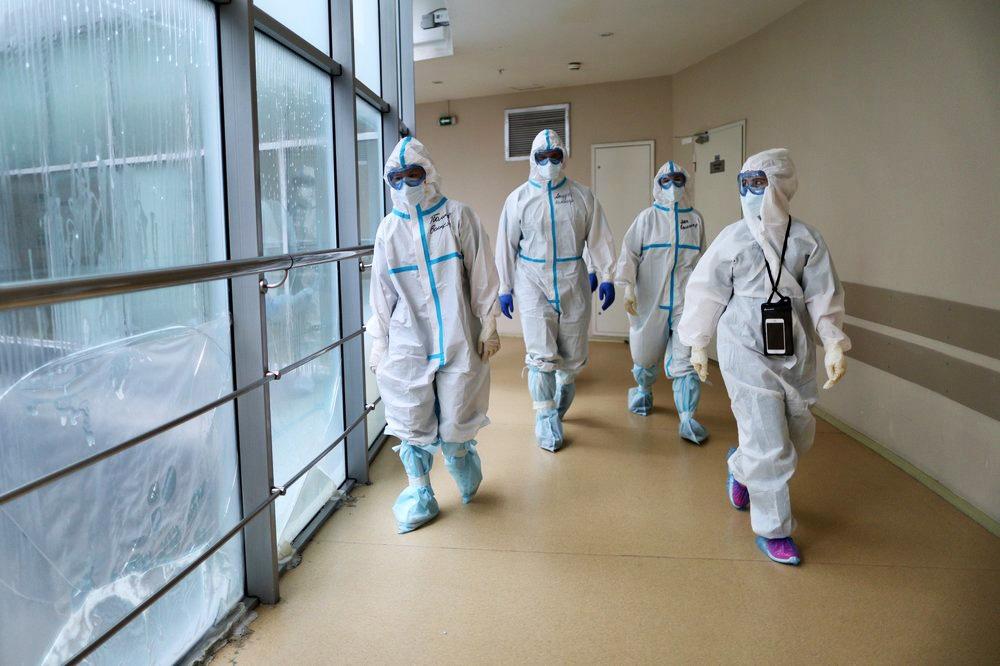Врачи в защитных костюмах в больнице