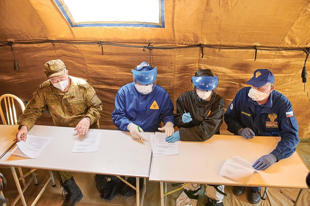Военные медики в полевом госпитале