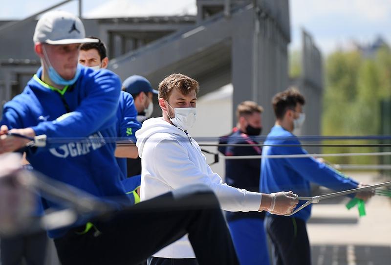 Спортсмены проводят тренировку