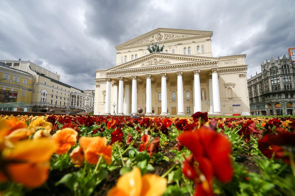 Цветы на фоне Большого театра