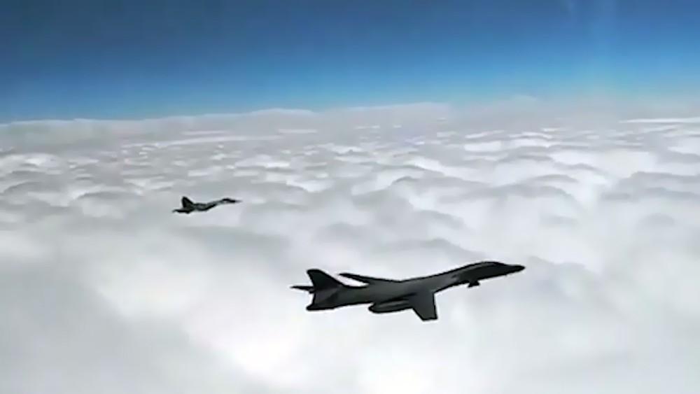 Истребитель Су-30СМ и бомбардировщик В-1В ВВС США