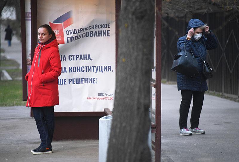 Агитационный плакат на остановке общественного транспорта на улице Никитской в Москве