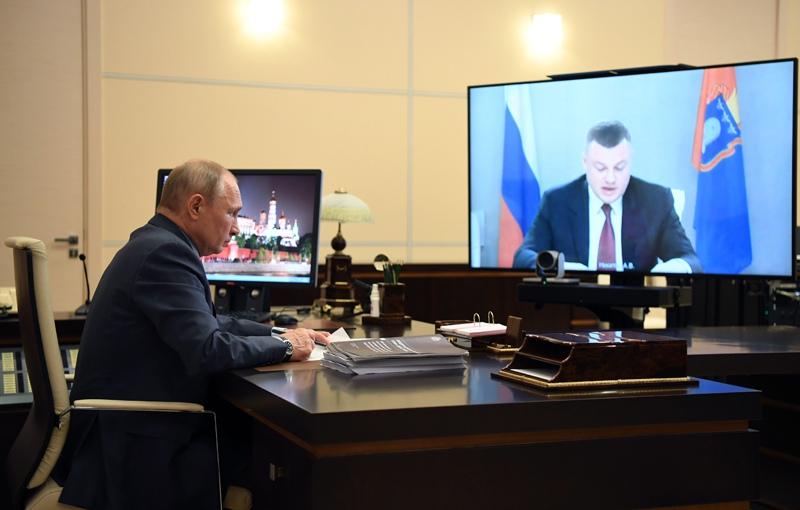 Владимир Путин во время встречи с губернатором Тамбовской области Александром Никитиным