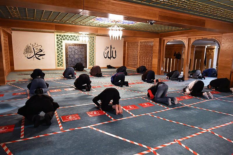 Верующие во время молитвы