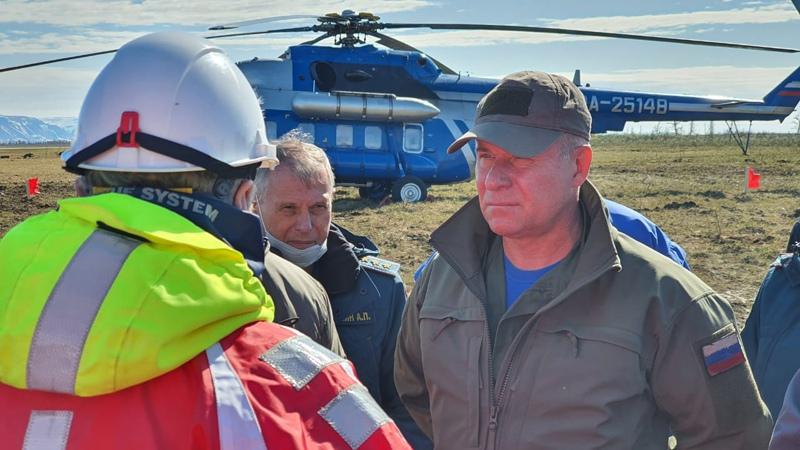 Министр МЧС России Евгений Зиничев (справа) перед облетом территории ЧС в Норильске
