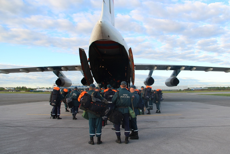 Сотрудники и техника из состава аэромобильной группировки Сибирского спасательного центра МЧС России