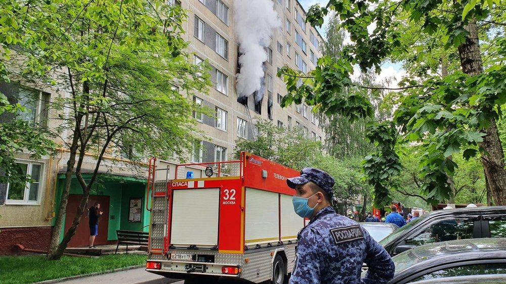 Работа пожарно-спасательных подразделений по ликвидации возгорания в жилом доме