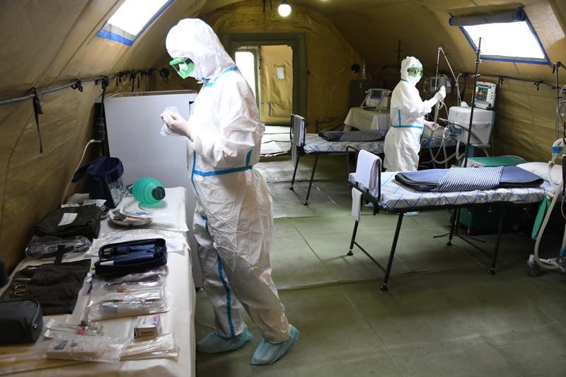 Медики в полевом госпитале, развернутом для больных COVID-19