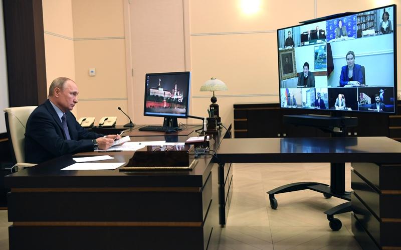 Владимир Путин в День русского языка проводит в режиме видеоконференции встречу с деятелями культуры