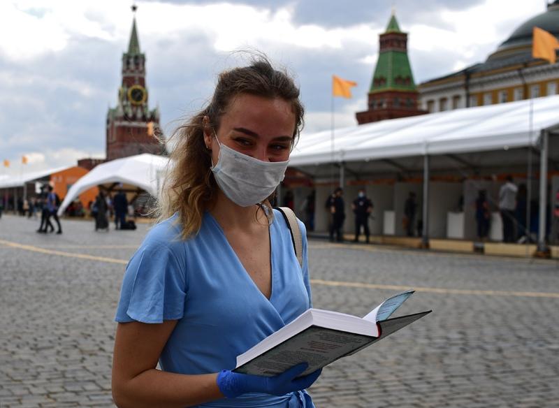 Посетительница на ежегодном российском книжном фестивале на Красной площади