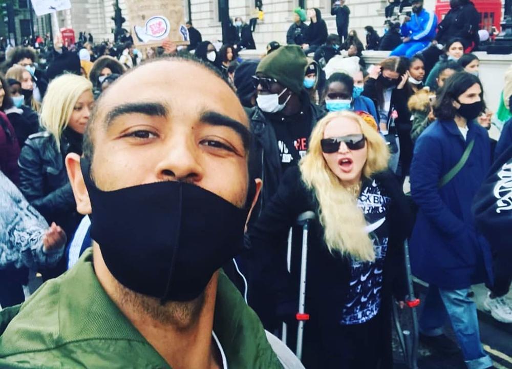 Мадонна на костылях поддержала протестующих в Нью-Йорке
